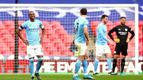Hàng thủ dâng cao, Man City chơi dao hai lưỡi