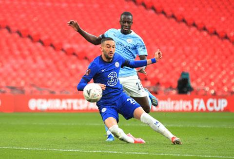Hậu vệ Mendy của Man City (sau) bất lực nhìn Ziyech sút tung lưới đội nhà trong một pha phản công ở trận đấu tại bán kết FA Cup