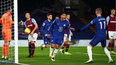 Chelsea (quần xanh) sẽ xuyên thủng hàng phòng ngự mong manh của West Ham