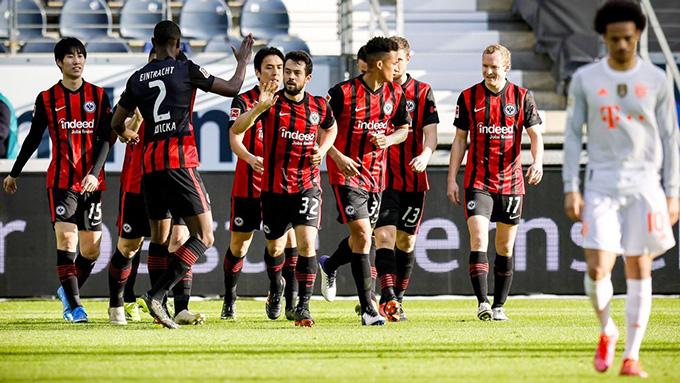 Thất bại trước Frankfurt khiến Bayern chịu áp lực lớn trong cuộc đua vô địch