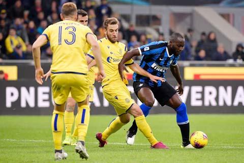 Inter (áo sẫm) sẽ trở lại mạch trận chiến thắng khi chỉ phải tiếp một Verona đã hết động lực