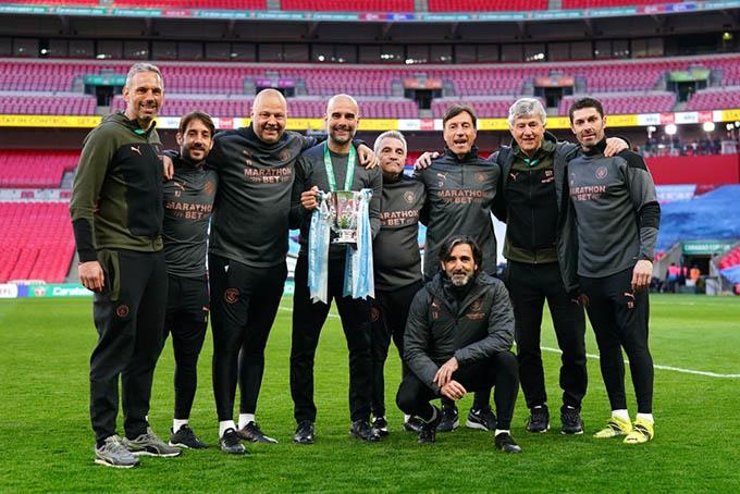 Guardiola cùng đội ngũ trợ lý chụp ảnh kỷ niệm sau khi giành chức vô địch Cúp Liên đoàn 2020/21