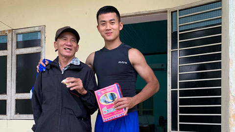 Tiền đạo Hà Minh Tuấn bên CĐV đặc biệt của bóng đá xứ Quảng
