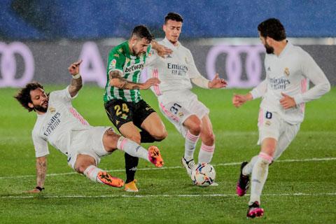 Hàng thủ Real Madrid (áo trắng) giữ sạch lưới ở cả 4 trận gần nhất
