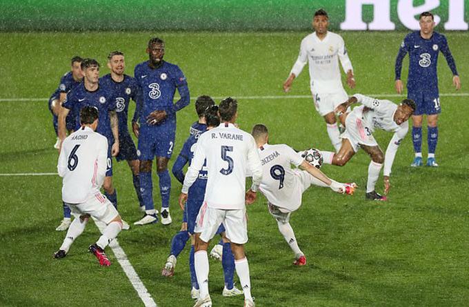 Cú volley đẳng cấp đưa Benzema vươn lên sánh ngang cùng huyền thoại Raul