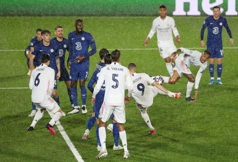 Benzema trong tình huống ghi bàn gỡ hòa cho Real Madrid