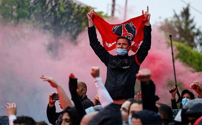 Fan PSG rất nhiệt tình, đáng tiếc là đội bóng con cưng của họ rút cục lại để thua ngược Man City với tỷ số 1-2
