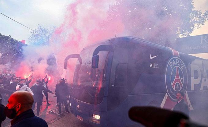 Rất nhiều pháo sáng đã được các fan đốt lên khi PSG đi xe buýt đến sân so tài với Man City