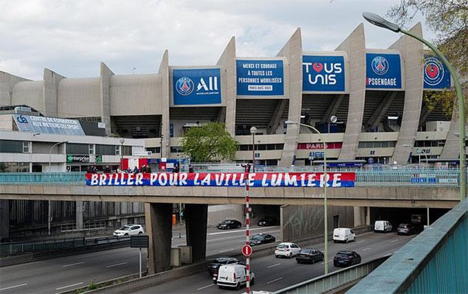 Để lên tinh thần cho PSG, các fan đội chủ nhà đã cho căng biểu ngữ: 'Hãy tỏa sáng cho thành phố ánh sáng'