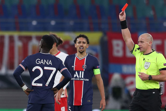 Gueye nhận thẻ đỏ ở phút 77 sau tình huống đạp vào chân của Gundogan