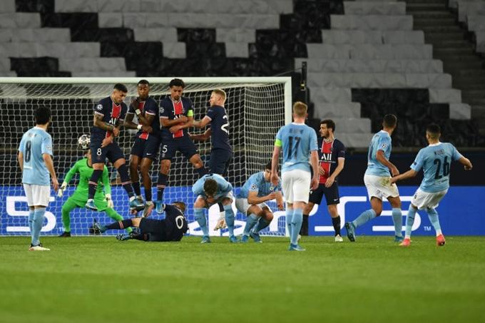 Mahrez đá phạt tinh quái ấn định tỷ số 2-1 trận PSG vs Man City