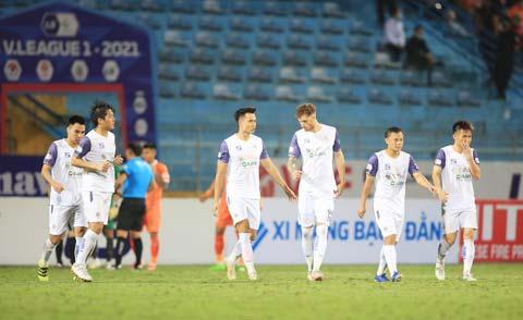 Nỗi buồn của cầu thủ Hà Nội FC sau chuỗi trận không như ý - Ảnh: Minh Tuấn