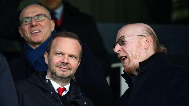 """Việc Ed Woodward chấp nhận """"tuẫn tiết"""" vì chủ đang được xem như một đại công 2 mặt bởi nó có thể cứu được nhà Glazer hoặc nhấn chìm đế chế Glazer tại Man United"""
