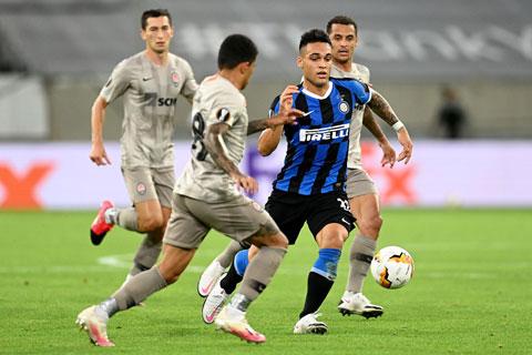 Inter (áo sẫm) sẽ dồn sức đè bẹp chủ nhà Crotone để sớm đoạt Scudetto 2020/21