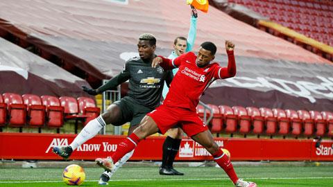 Liverpool (phải) sẽ phải rời sân của M.U trong cảnh trắng tay