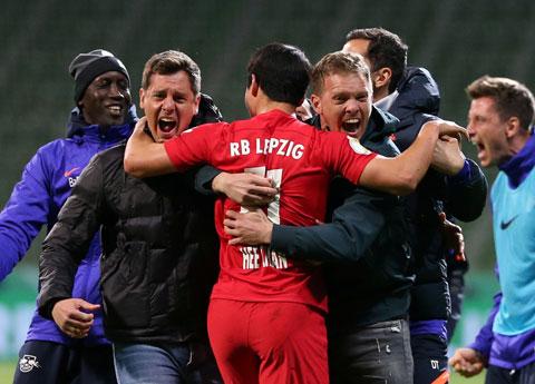 Nagelsmann (phải) vừa cùng RB Leipzig giành quyền vào chung kết Cúp Quốc gia