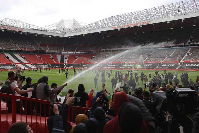 Một số fan tràn vào trong sân Old Trafford