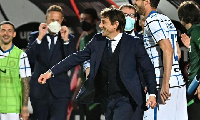 HLV Conte ăn mừng cùng các cầu thủ Inter