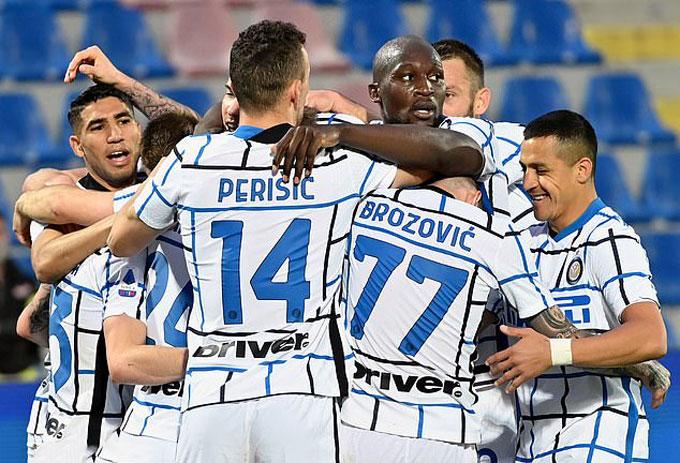 Các cầu thủ Inter ăn mừng cuồng nhiệt khi sắp trở thành tân vương Serie A