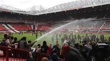 CĐV tràn vào sân Old Trafford khiến trận MU vs Liverpool bị hoãn