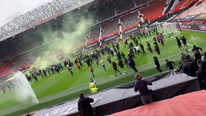 Đoàn người biểu tình tràn vào trong sân Old Trafford khiến trận MU vs Liverpool không thể diễn ra