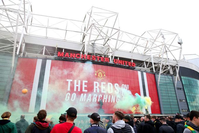 Hàng ngàn CĐV MU biểu tình tại sân Old Trafford khiến trận MU vs Liverpool bị hoãn