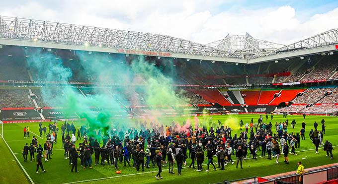 CĐV MU biểu tình trên sân Old Trafford