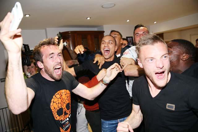 Cả đội Leicester cùng nhau ăn mừng chức vô địch lịch sử trong bữa tiệc lịch sử ở nhà Vardy