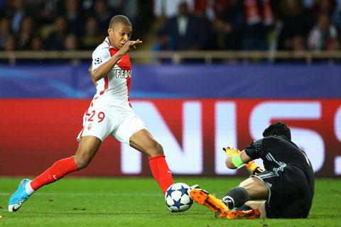 Mbappe (trái) trong màu áo Monaco đối đầu Man City cách đây 4 năm