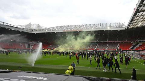 Man United phủ nhận nhân viên để người biểu tình vào sân, Premier League đưa ra điều lệ mới