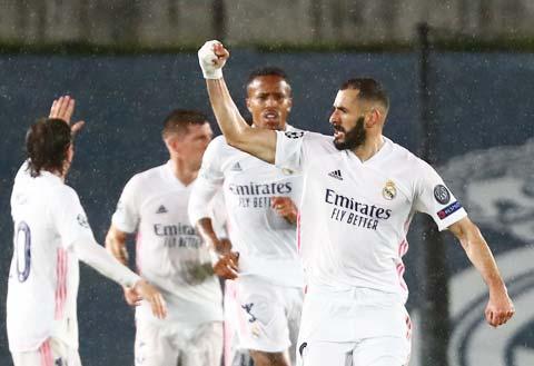 Benzema (phải) được kỳ vọng sẽ chọc thủng lưới Chelsea đêm nay