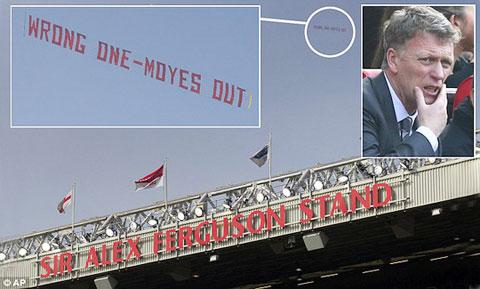 Fan M.U thuê máy bay kéo băng rôn phản đối Moyes bay ngang qua Old Trafford