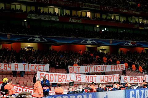 Fan Bayern bỏ trống ghế trên sân Emirates để phản đối giá vé cắt cổ