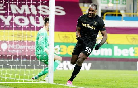 Antonio ăn mừng bàn thắng vào lưới Burnley