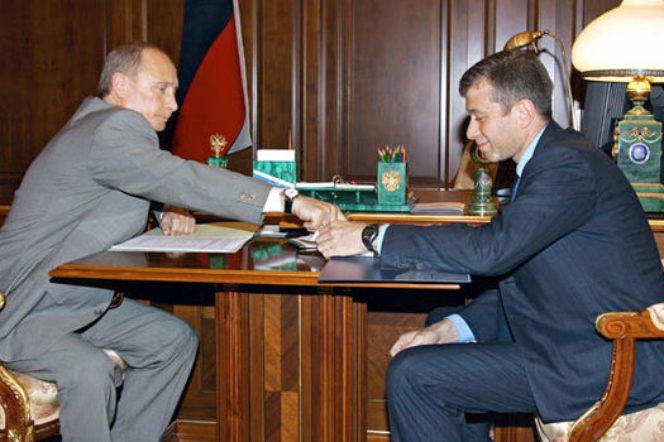 Abramovich có mối quan hệ với chính quyền Nga và đã phải chi hàng tỉ USD để đổi lấy sự an toàn chính trị