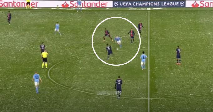 Foden đi bóng trước sự bao vây của cầu thủ PSG