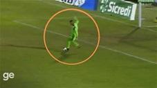 Đến chịu thủ môn sút bóng đi giữa 2 chân mình khiến đội nhà nhận bàn thua
