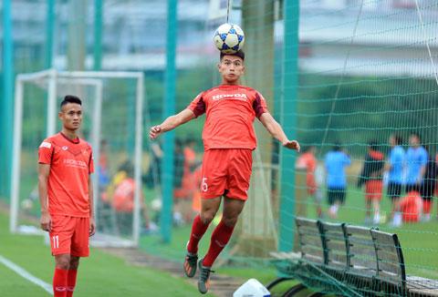 Trung vệ Thanh Bình nỗ lực tập luyện bóng bổngẢnh: Minh Tuấn
