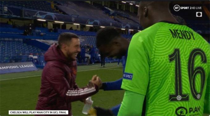 Hazard chia vui với các cầu thủ Chelsea sau khi Real bị loại khỏi Champions League