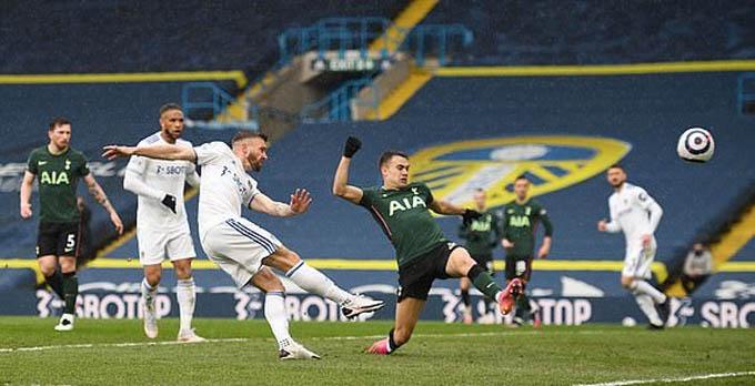 Dallas ghi bàn mở tỷ số cho Leeds
