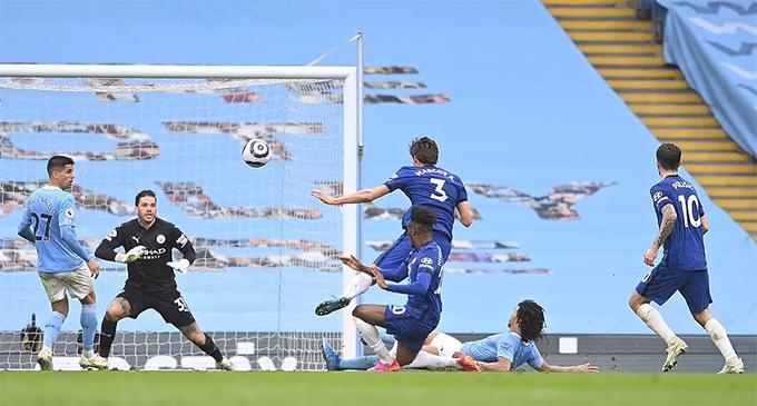 Ake không thể ngăn cản được Alonso ghi bàn ấn định tỷ số