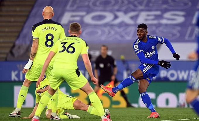 Leicester City (áo xanh) cần giành 8 điểm trong 3 vòng cuối để chắc chân trong top 4