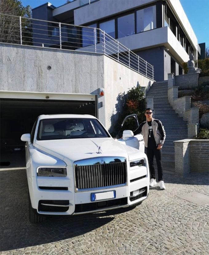 Ronaldo khoe siêu xe trước nhà
