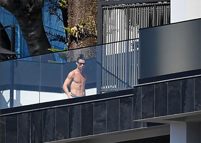 CR7 rất thích tắm nắng trên sân thượng