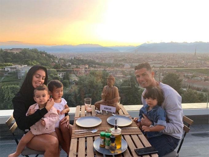 Gia đình Ronaldo dùng bữa trong không gian tuyệt đẹp