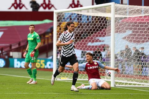 Cavani ăn mừng bàn ấn định tỷ số 3-1 trước Aston Villa