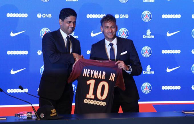 Neymar khi ký hợp đồng với PSG vào năm 2017