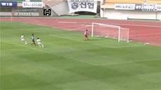 Sút bóng cứu nguy, thủ môn ghi luôn bàn ở khoảng cách gần 90m