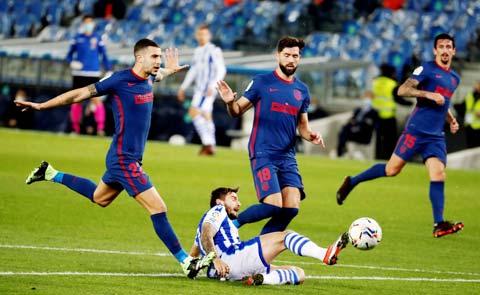 Atletico (áo sẫm) sẽ nối dài chuỗi toàn thắng trên sân nhà lên 5 trận khi tiếp đón Sociedad