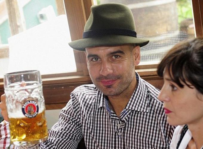 Rất khó khăn để Pep có thể cầm cốc bia tại Munich như thế này